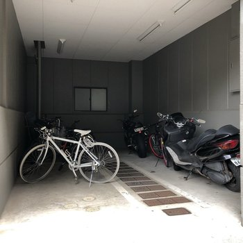 自転車が雨に濡れる心配は無さそうですね◯