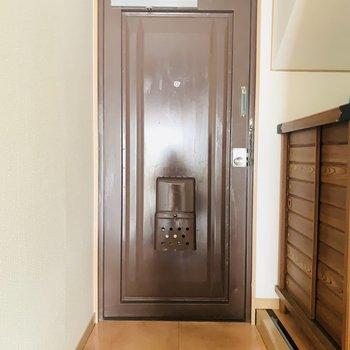 お部屋全体を締めてくれるような渋めな茶色の玄関