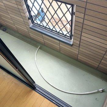 バルコニーはコンパクトだけど、室外機が上にあるからスペース全部使えます。