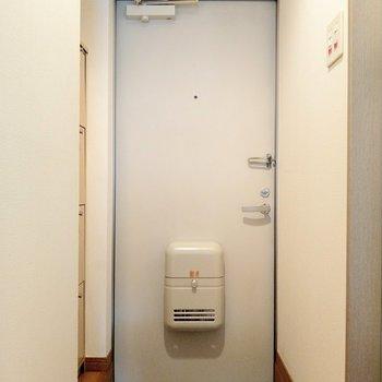 玄関の土間はコンパクトだけど廊下があるから出入りはしやすそう。