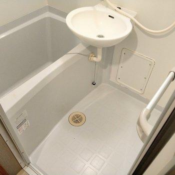 お風呂は2点ユニット。鏡もあるので歯磨きはここで。