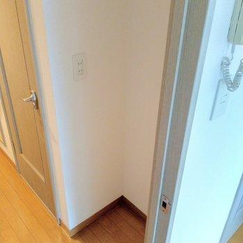 キッチン後ろに冷蔵庫置けそうなスペース。サイズは確認して!