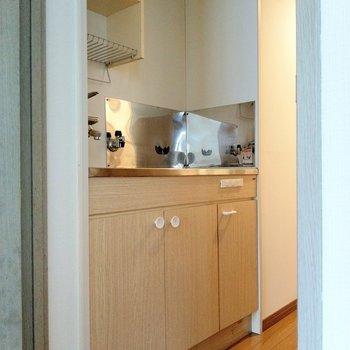 キッチンは木目。白の取っ手もキュート♪