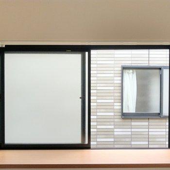 角の窓は出窓。この形かわいい!何飾ろうかな?正面の建物との距離は近め。