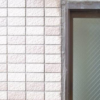 出窓の外は建物がドアップです。
