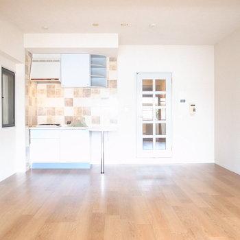 キッチン周りと水色のドアがなんとなく西洋っぽい!キッチンのそばにテーブルを置いて、