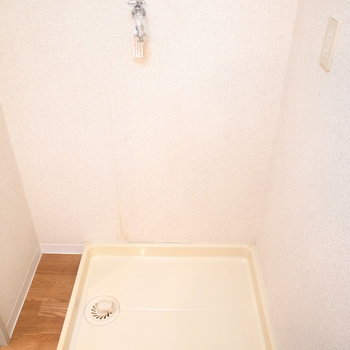 洗濯機は浴室を出て右手にあります。