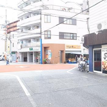 【周辺環境】マンション、アパートが立ち並ぶ住宅地に、飲食店や個人店などお店が混じっています。元気な住みよい雰囲気です。