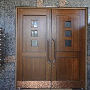 いかにも守ってくれそうなエントランスの重厚な扉。