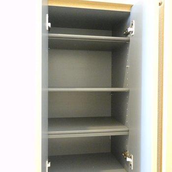 靴箱は棚の高さを変えて、シーン別の靴を1足ずつは持っておけそう。