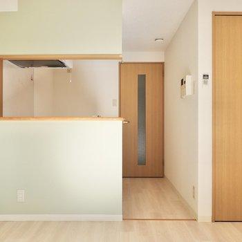 対面式キッチンと淡い緑のアクセントクロスが特徴のお部屋!