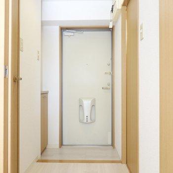 廊下から水回りへ。右が脱衣所。左がトイレ。