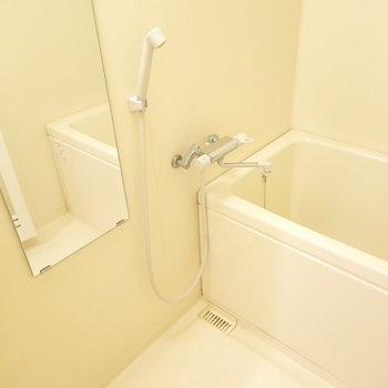 お風呂は洗面台の向かい側に。シンプルですが、白くて清潔。