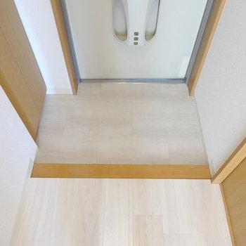 玄関はコンパクトですが、ひとりなら十分に脱ぎ履きができる広さ。