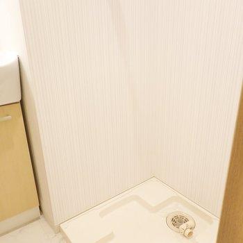 洗濯パンは洗面台横に。