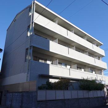 3階建てのマンションの2階にあります。