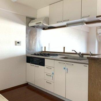 充実した設備で清潔感のあるシステムキッチン