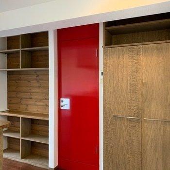 赤い扉はサニタリーへ、オープン収納は実用性◎