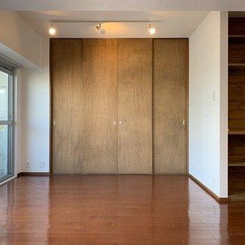 クローゼットの建具も雰囲気あるドアでかっこいい!