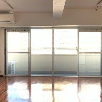 窓からの採光も明るく、天井も高くて開放的!