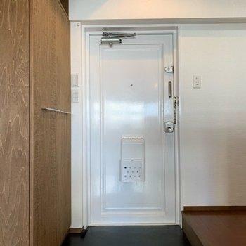 玄関はオープンなので広く感じますね!