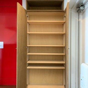 玄関収納は大容量!棚の幅が変えられるのも気が利いてます♪