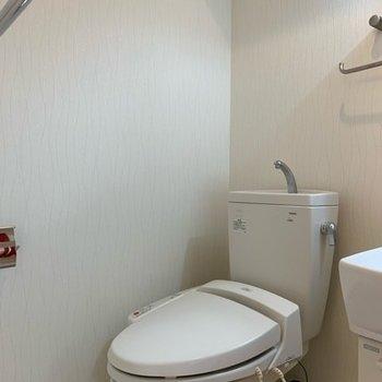 シンプルなトイレはウォッシュレット付き◎