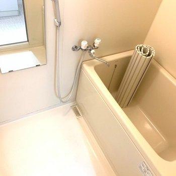 シャンプーが置ける棚と鏡がついていますよ!