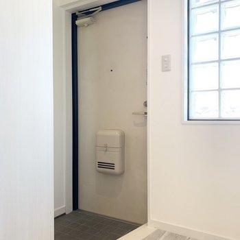 お部屋の最後は玄関を。やっぱりこのガラスブロックが良いですね◎