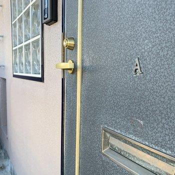 玄関扉に号室表記。さり気なくて良い雰囲気。