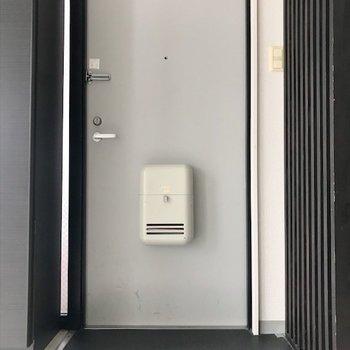 居間に面した玄関。