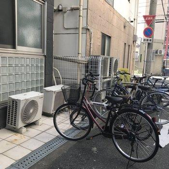 自転車はマンションの前に置くのかな…?
