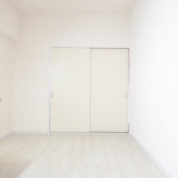 和室側を。よく見ると、引き戸のクロスが向こうと違う。