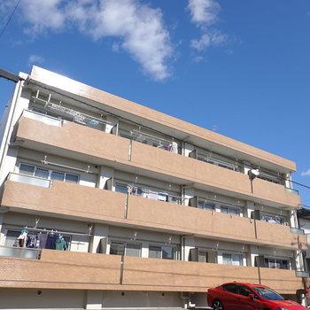 3階建てのマンションの1階にあります。