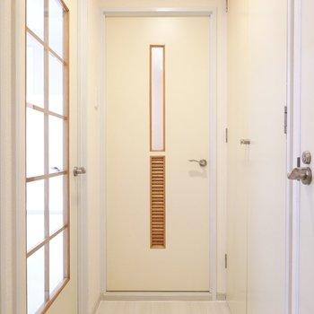 廊下に出て、左に行くと脱衣所。