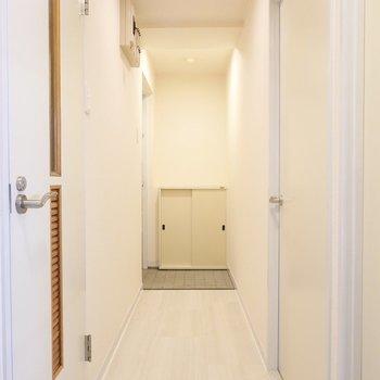 廊下を右へ。左がトイレで、右が洋室へのドア。