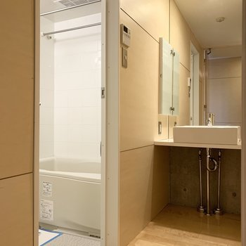 脱衣所に入ると大きな鏡の洗面台。