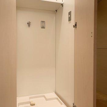 洗濯機置き場は扉付き。