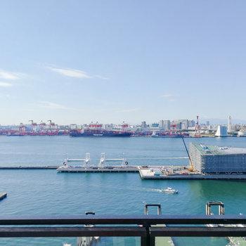 国際クルーズターミナルと、さらにうっすらと富士山も。