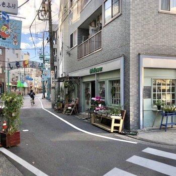 すぐ近くに商店街もあります。