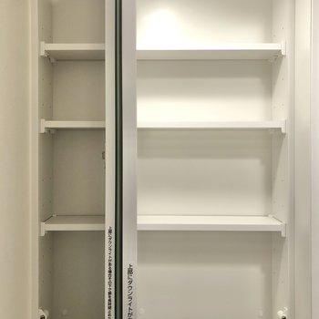 鏡の裏には収納スペースが......!