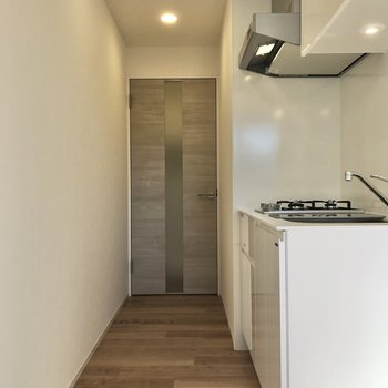 玄関に行く途中にキッチンはあります。