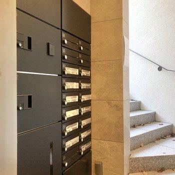共用部には宅配ボックスと集合ポストが。