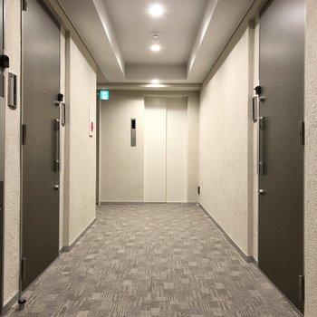 エレベーターの近くにお部屋はあります。