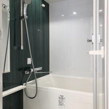 濃い緑色のクロスが素敵なお風呂。
