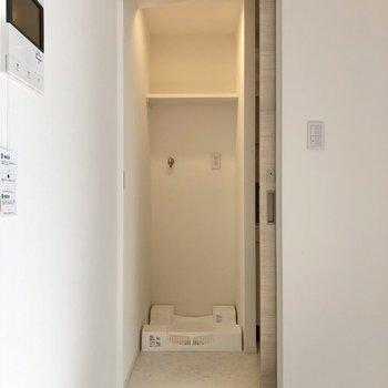サニタリールームへ入ると、洗濯機置場が出迎えてくれます。