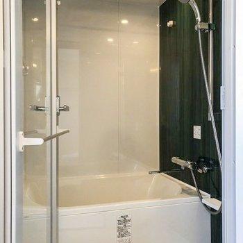 スケルトンの扉や埋め込み式照明がまるでホテルのようなお風呂。