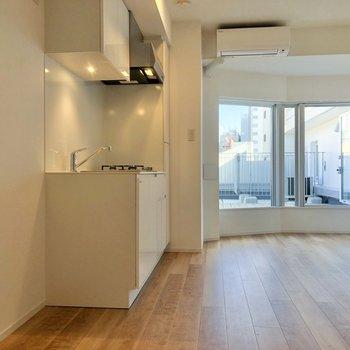 お部屋に入ると手前にキッチン、奥にルーフバルコニーが見えます。
