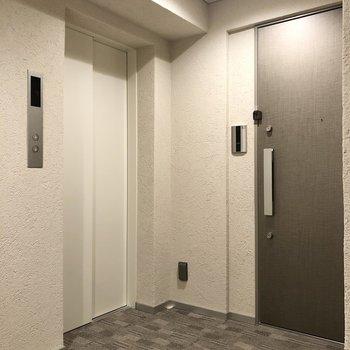エレベーター横のお部屋です。