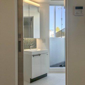 さて、小窓があり明るいサニタリールームへ。